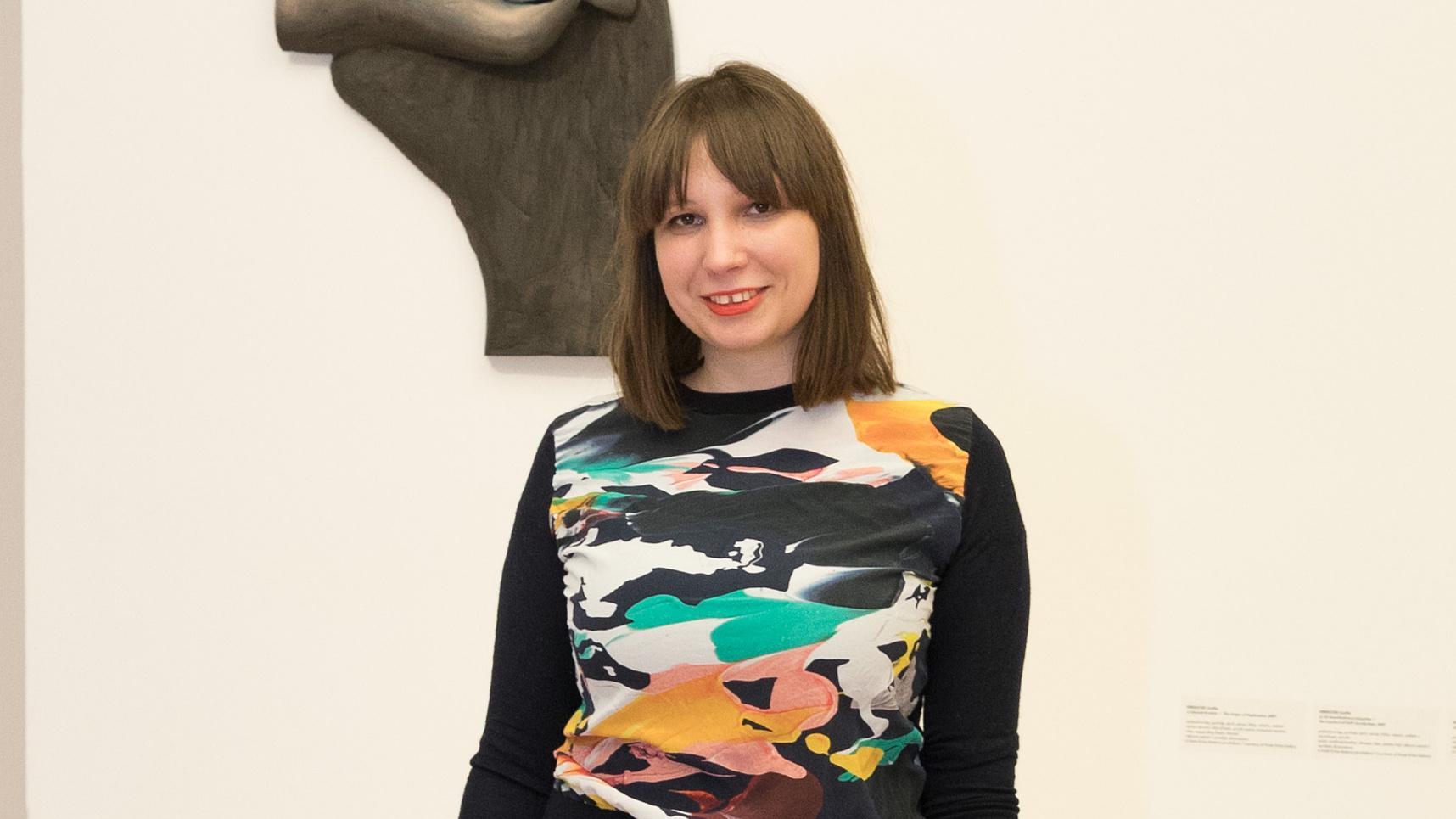 Magyar lány szobrai a digitális kannibalizmusról